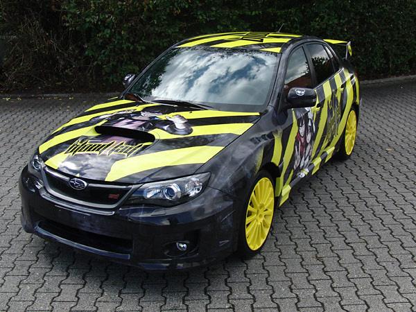 Staz und Fuyumi von Blood Lad haben den WRX STI-Sportwagen von Subaru